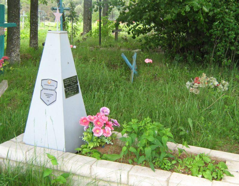 д. Коротышки Дрибинского р-на. Памятник установлен на братской могиле, в которой похоронено 4 советских воина, погибших в годы войны.