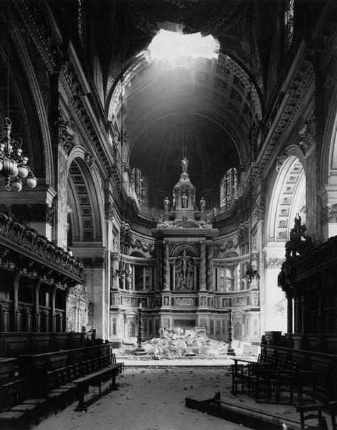 Поврежденный собор Святого Павла после бомбардировки. 1940 г.