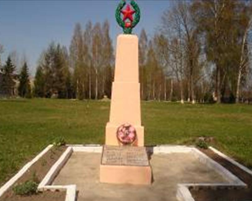 д. Палуж-1 Краснопольского р-на. Памятник, установленный на братской могиле, в которой похоронено 20 советских воинов, погибших в 1943 году.
