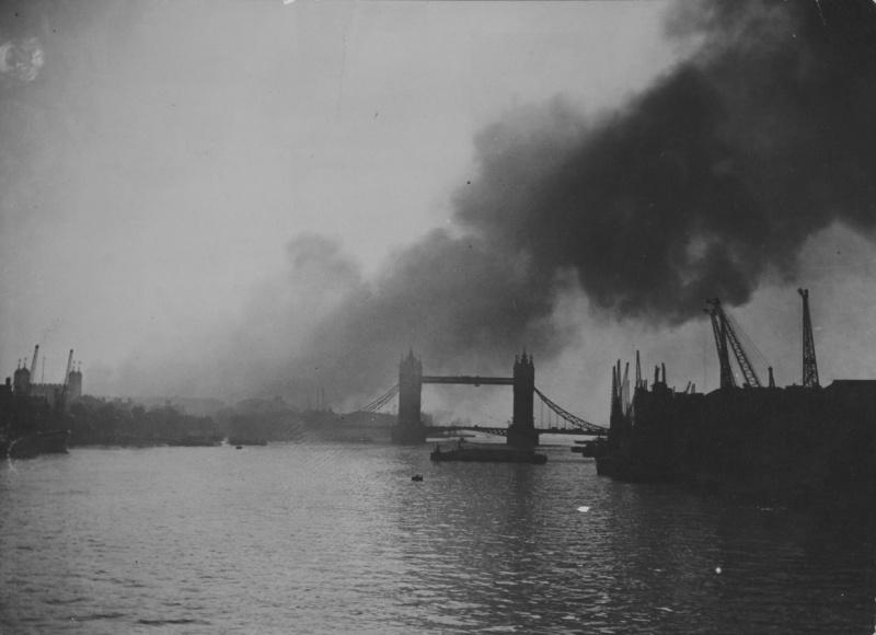 Дым от пожаров над городом. 1940 г.
