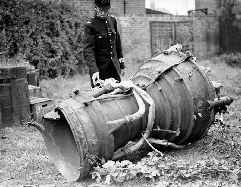 Полицейский осматривает остатки ракеты Фау-2. 17 сентября 1944 г.