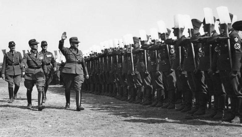 Константин Хирль обходит строй членов трудового фронта. 1934 г.