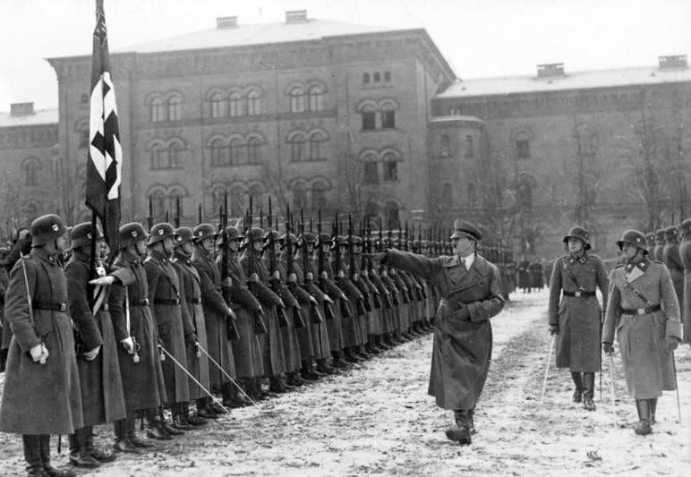Зепп Дитрих и Адольф Гитлер на смотре школы Лейбштандарта. Берлин. 1935 г.