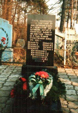 д. Уборок Осиповичского р-на. Памятник, установленный в 1957 году на братской могиле, в которой похоронено 16 советских воинов.