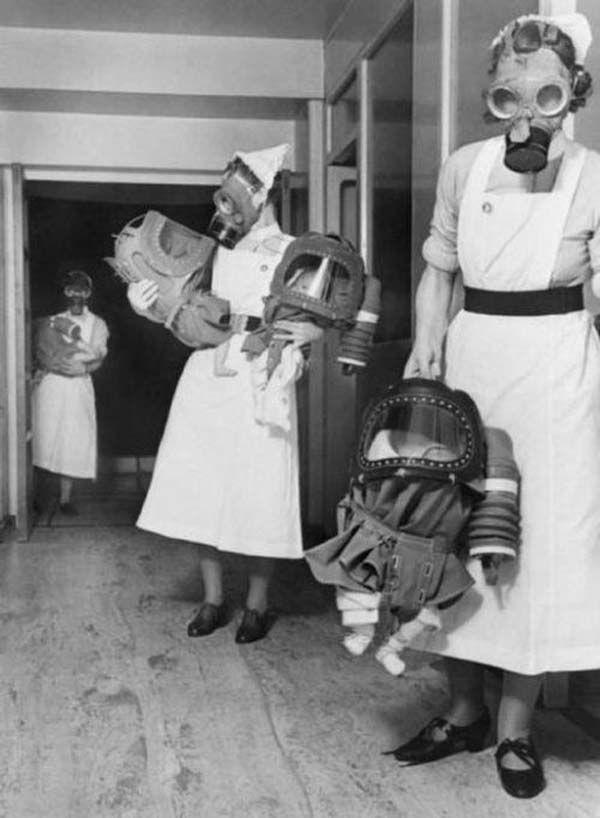 Младенцы в противогазах. 1940 г.