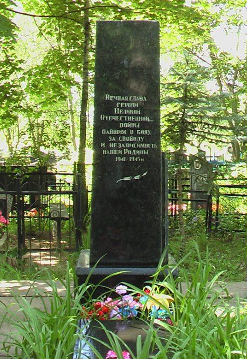 д. Буйничи Могилевского р-на. Братская могила на сельском кладбище, в которой захоронено 60 воинов, в т.ч. 47 неизвестных.