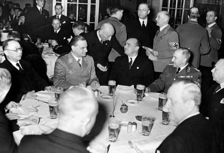 Константин Хирль с Альфредом Розенбергом и Гансом Франком на дипломатическом приеме. Берлин. 1939 г.