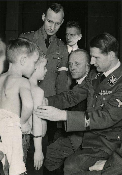 Леонардо Конти осматривает детей. 1939 г.