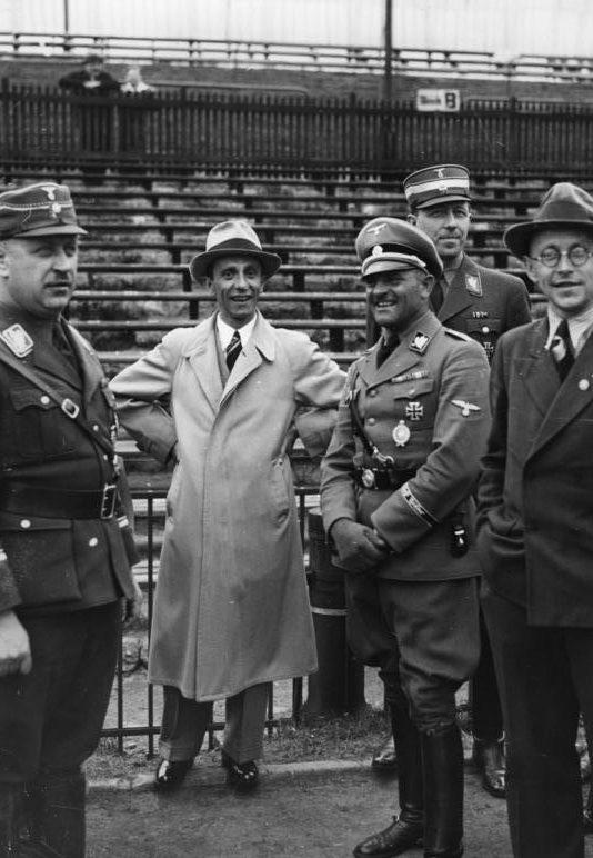 Зепп Дитрих и Йозеф Геббельс на стадионе. 1936 г.