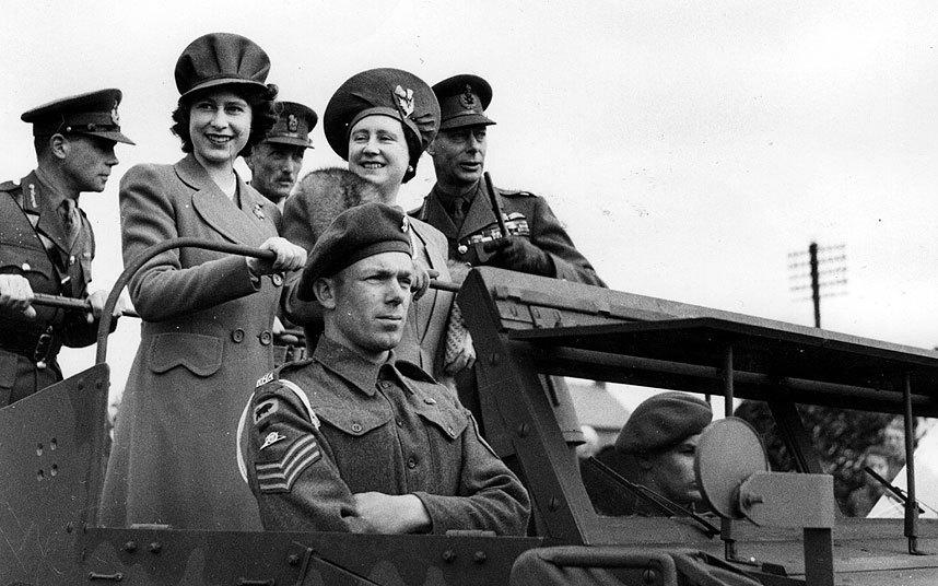 Король Георг VI и королева Елизавета с дочерью принцессой Елизабет на внедорожнике во время посещения королевской артиллерии. 1944 г.