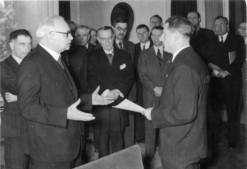 Леонардо Конти на встрече с комиссией по катынскому расстелу. 1943 г.