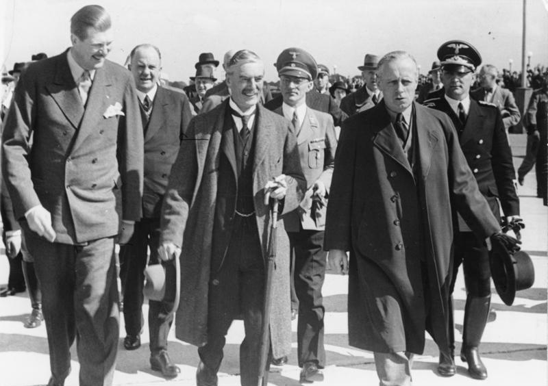 Карл Филер сопровождает Невилла Чемберлена и Иоахима Риббентропа. Мюнхен. 1938 г.