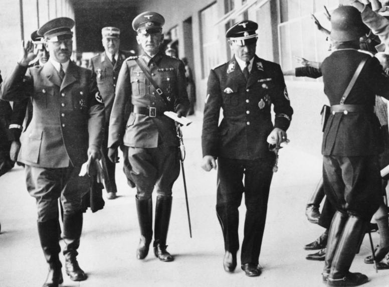 Зепп Дитрих и Адольф Гитлер у плавательного бассейна. 1936 г.