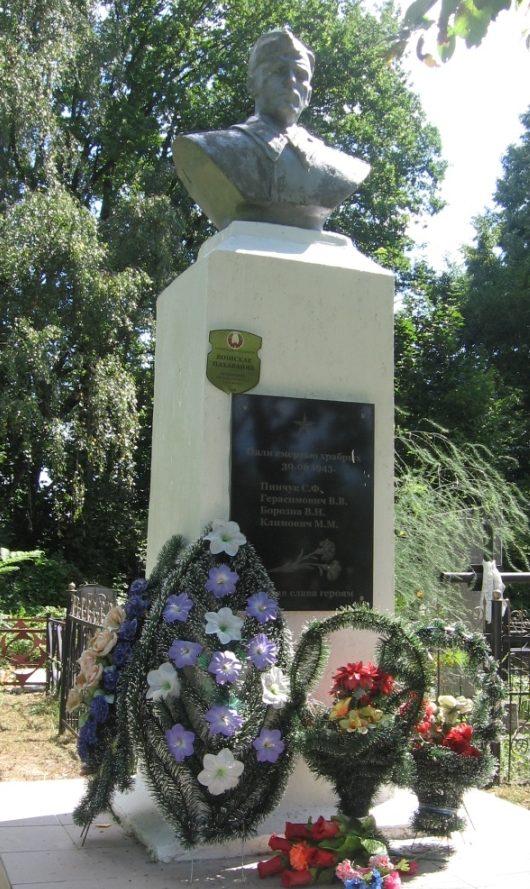 д. Чучье Осиповичского р-на. Памятник, установленный в 1969 году на братской могиле, в которой похоронено 4 советских воина, погибшие в годы войны.