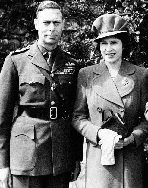 Король Георг VI с дочерью принцессой Елизабет 1944 г.