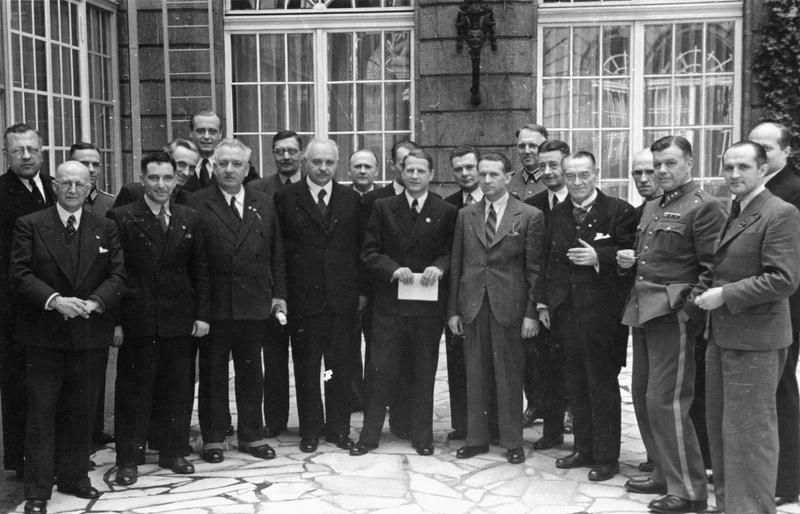 Леонардо Конти с комиссией по катынскому расстелу. 1943 г.
