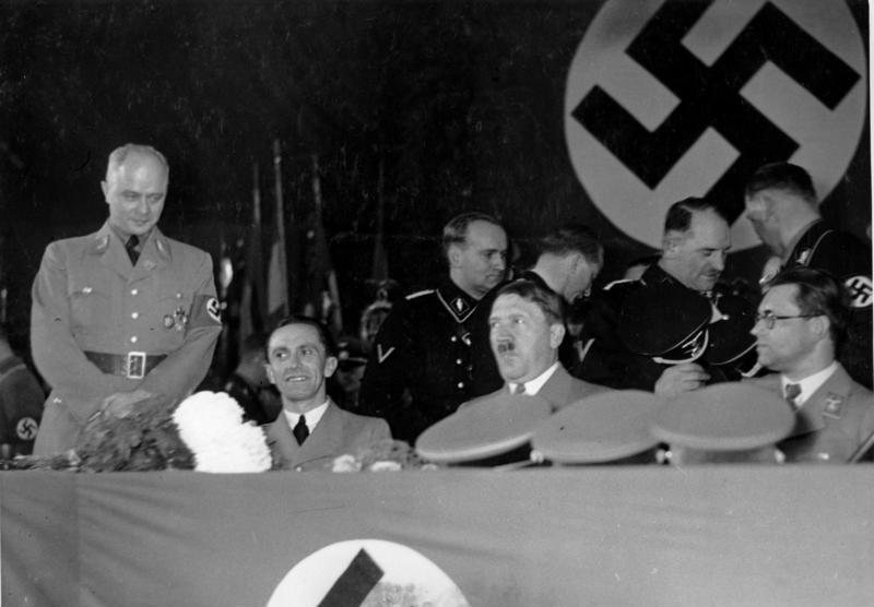Зепп Дитрих, Йозеф Геббельс и Адольф Гитлер во дворце спорта. 1936 г.