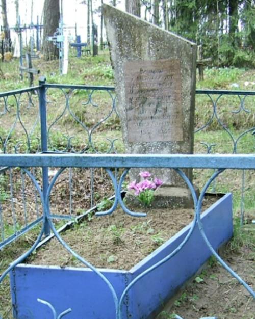 д. Старая Ельня Краснопольского р-на. Памятник, установленный на братской могиле, в которой похоронено 20 советских воинов, погибших в 1943 году.