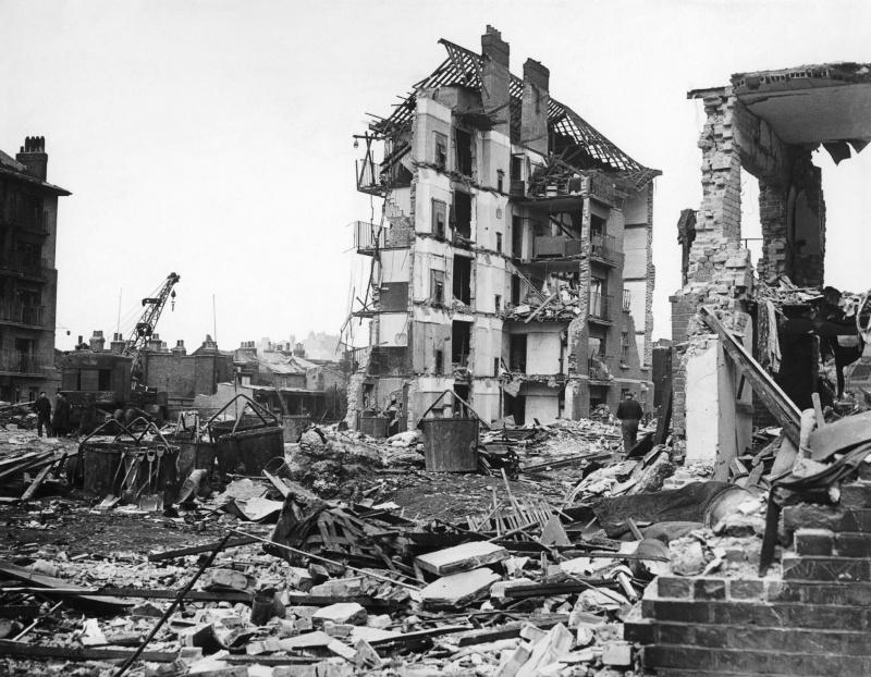 Разрушения от ракеты ФАУ-2. 27 марта 1945 г.