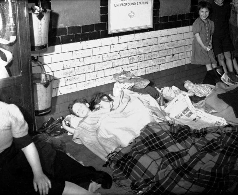 В убежище во время налета. 1940 г.