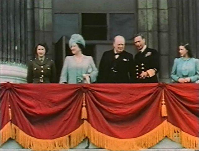 Принцесса Елизабет (слева, в форме) на балконе Букингемского дворца (слева направо), ее мать королева Елизавета, Уинстон Черчилль, король Георг VI и принцесса Маргарет. 8 мая 1945 г.
