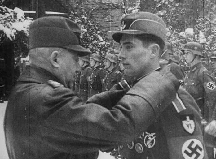 Константин Хирль награждает солдата. 1945 г.