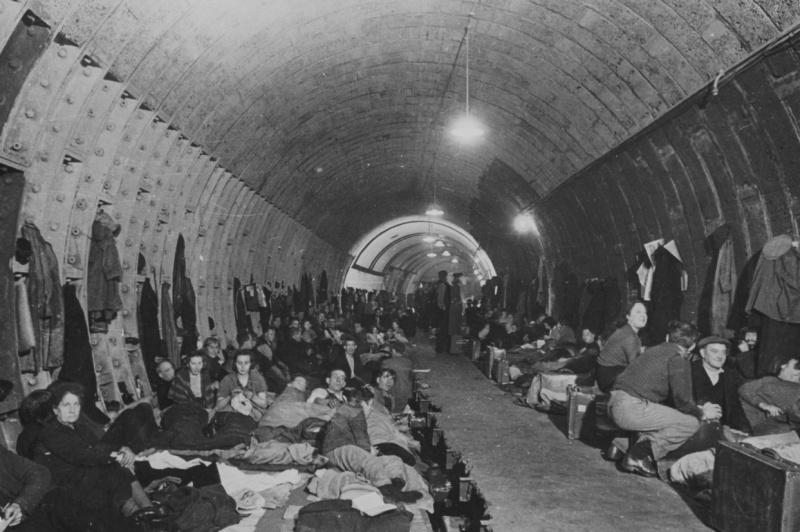 Жители Лондона в тоннеле метро. 1940 г.