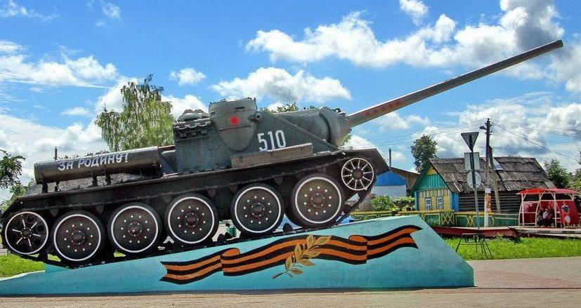 г. Кричев. САУ-памятник СУ-100. Самоходная артиллерийская установка СУ-100 установлена на улице Московской в 2015 году в честь 70-летия освобождения Кричевского района от немецко-фашистских захватчиков.