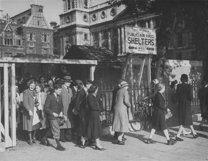 Жители Лондона выходят из бомбоубежища после окончания воздушной тревоги. 1940 г.