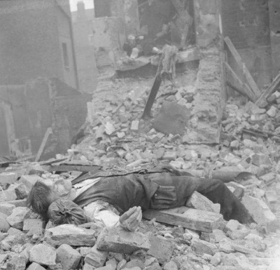 Жертвы бомбардировки. 1940 г.