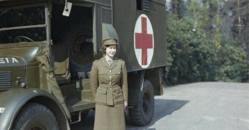 Принцесса Елизабет – водитель санитарного автомобиля. 1945 г.