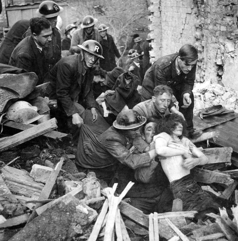 Вынос раненных с развалин. 1940 г.