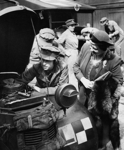 Королева с дочерью в автопарке. 1945 г.