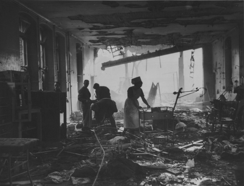 Палаты одной из больниц после авианалета. 1940 г.