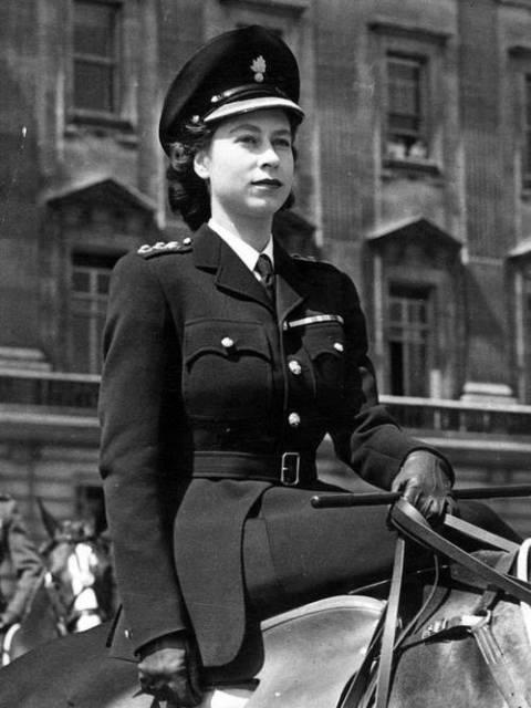 Принцесса Елизабет на лошади. 1945 г.