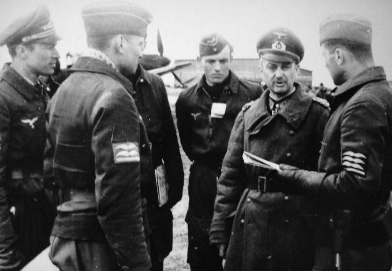 Вальтер Модель с пилотами. Восточный фронт. 1943 г.