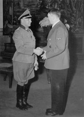 Зепп Дитрих и Адольф Гитлер. 1940 г.