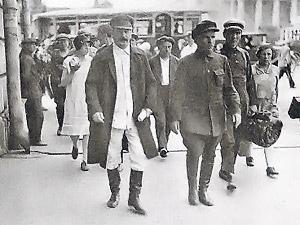 Сталин и Киров идут по улице. Сзади их сопровождает неприметный Иван Юсис.