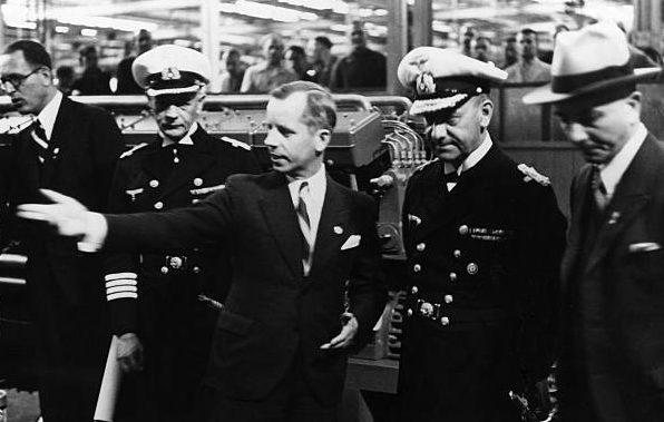Эрих Редер на машиностроительном заводе «Daimler-Benz-Werke». 1939 г.
