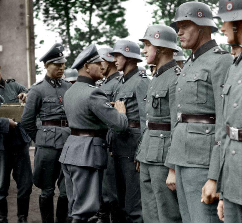 Зепп Дитрих награждает солдат. Франция. 1940 г.