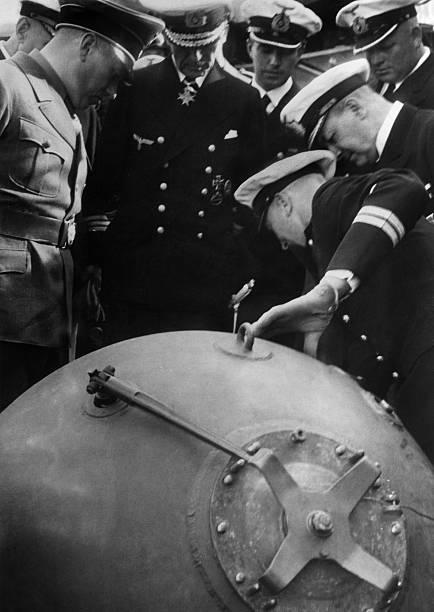Эрих Редер в порту Гданьск при осмотре польской мины. 1939 г.