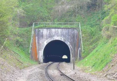 Железнодорожный туннель длиной 647 метров на глубине 30 метров был приспособлен «Wolfsschlucht II» для приема спецпоезда Гитлера.