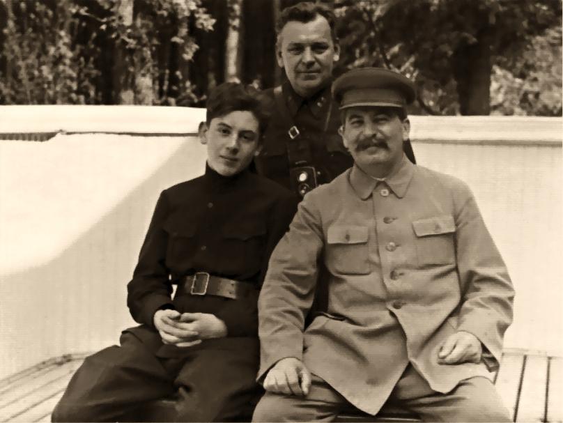 Василий Сталин, Николай Власик и Иосиф Сталин. Ближняя дача в Волынском, 1935 год.