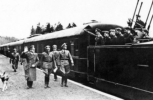 Гитлер с собакой приветствует расчет зенитного орудия поезда.