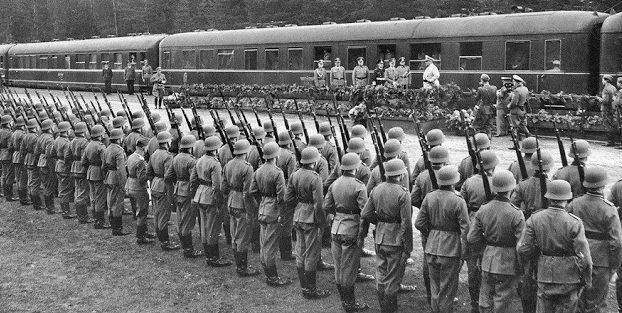 Встреча поезда фюрера в Компьене, во время подписания капитуляции Франции. 22 июня 1940 г.
