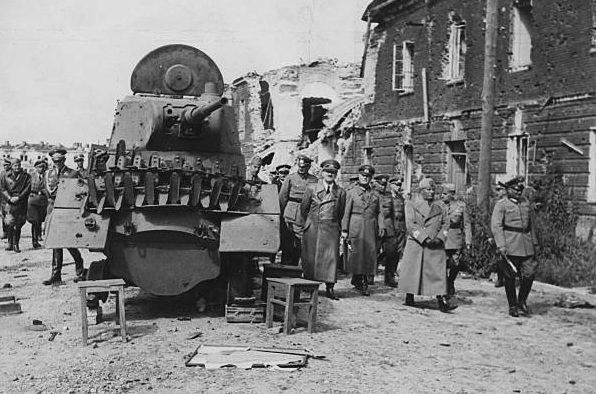 Ганс Клюге, Адольф Гитлер, Бенито Муссолини и Уго Кавальеро в районе боев за Брест-Литовск. 1941 г.