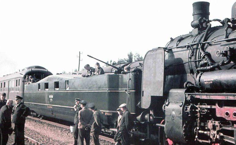 Фрагмент паровоза и зенитная бронеплощадка спецпоезда.