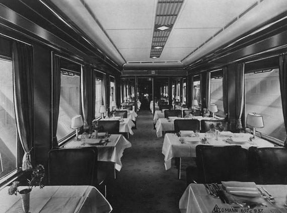 Столовая поезда.