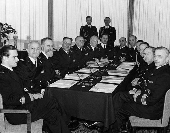 Эрих Редер на совещании с итальянскими офицерами флота. 1941 г.