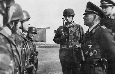 Бернхард Рамке перед строем десантников. 1940 г.